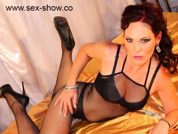Schöne Frauen zeigen sich beim Live Sex Strips nackt und ungeniert